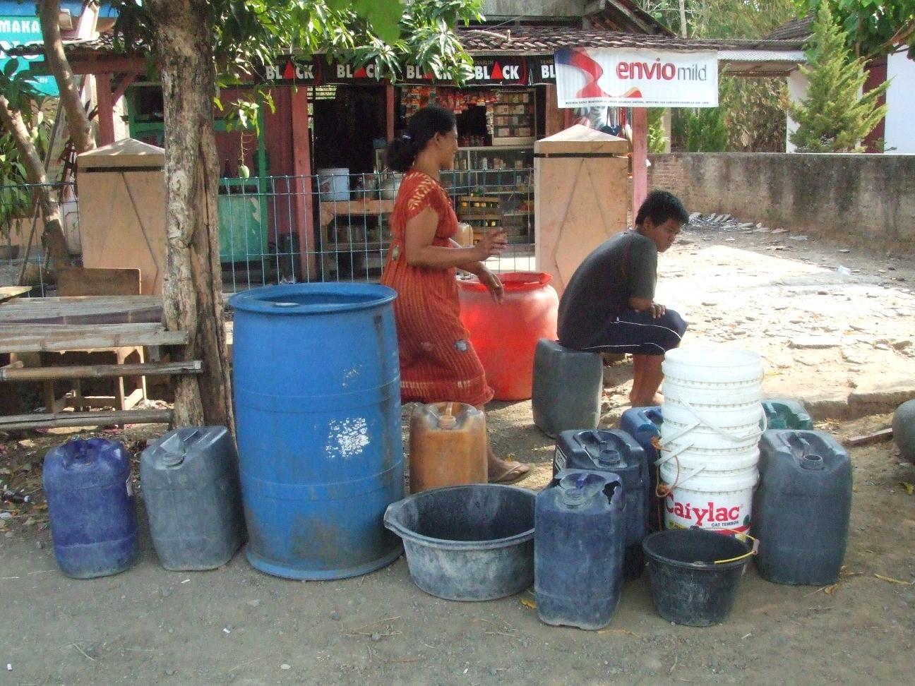 TUNGGU AIR:Warga Dusun Grabagan dan Brakbunder, Desa Katelan, Kecamatan Tangen,Sragen menunggu bantuan air di tepi jalan desa setempat