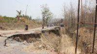 Jalan amblas tersebut berada di Desa Darupono Kecamatan Kaliwungu Selatan ini. Kondisinya, sangat fatal jika. Pengguna harus ekstra hati-hati